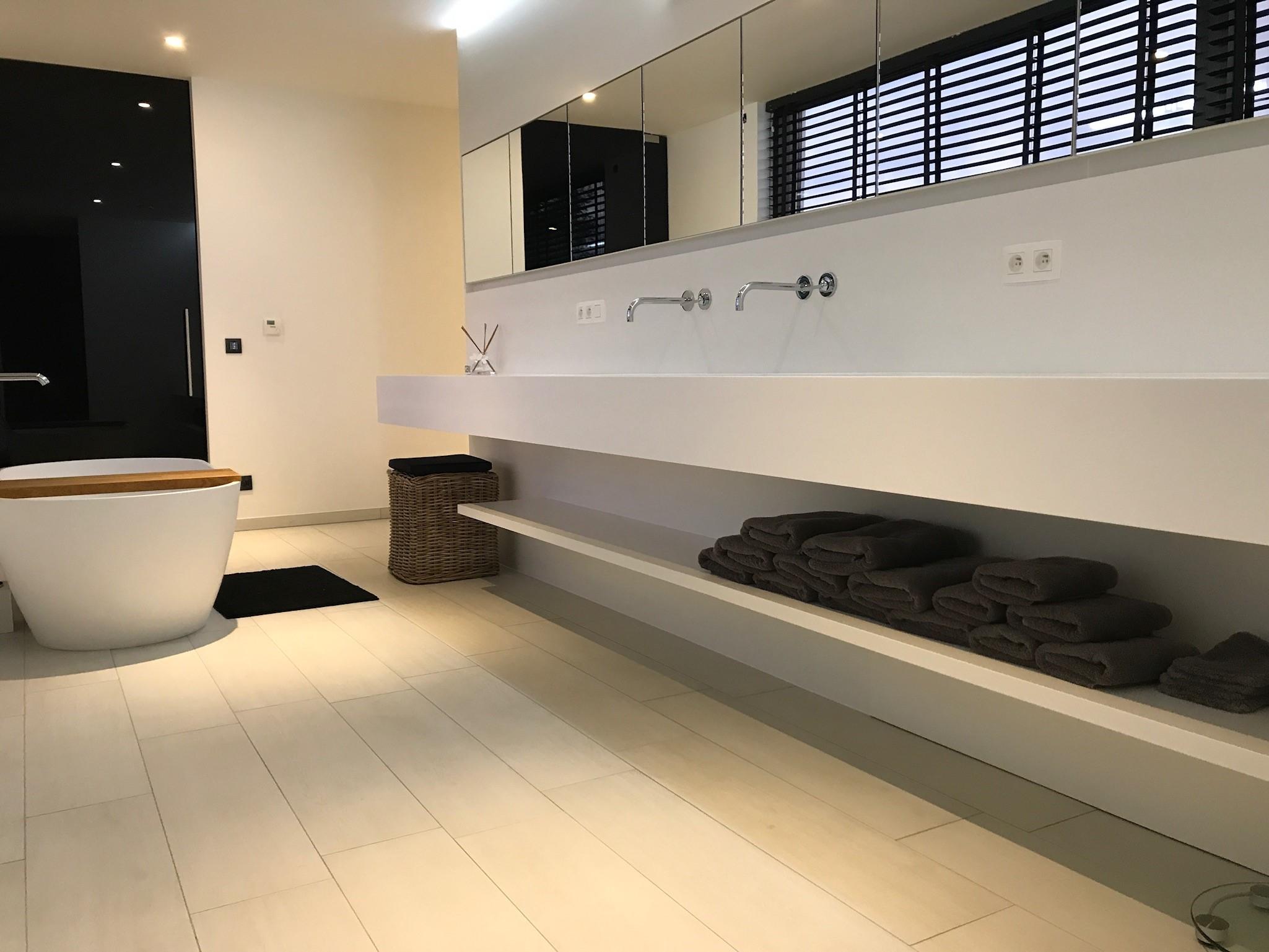 badkamer in solid surface sd schrijnwerkerij interieurbouw sd